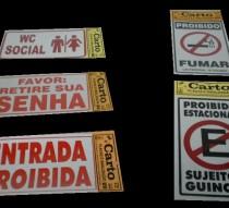Placas diversas para sinalização